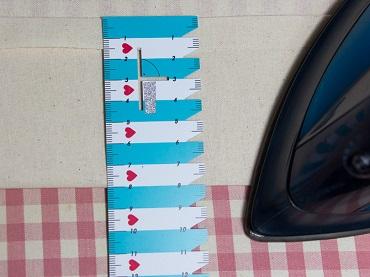 Saum 8 Zentimeter rechts auf rechts umbügeln.