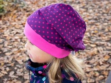 Fertige Mütze an Kind.